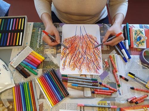 Crayonnage en miroir, dessin à deux mains, Double doodle play workshop course in Zurich Lucie Papikova kinesiology